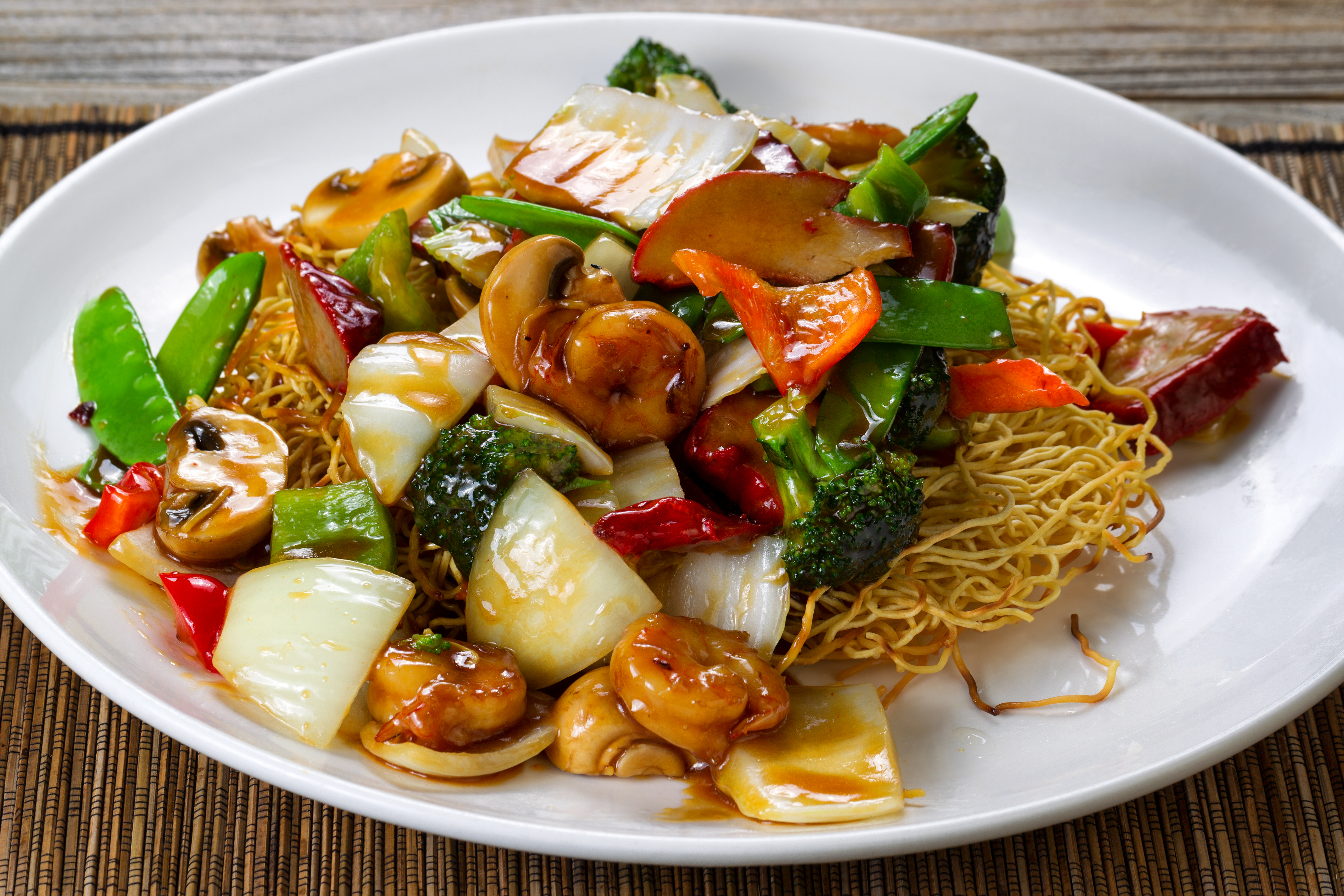 Fried noodle with shrimp and vegetables in sauce